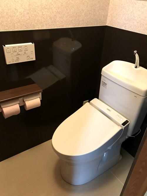 ツートーンの壁紙でおしゃれなトイレに